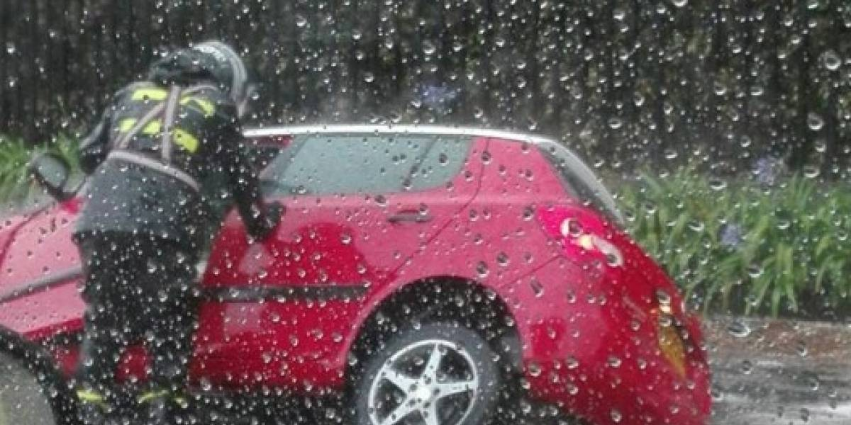Video: Un vehículo particular quedó atrapado en un hueco a causa de las fuertes lluvias de este lunes