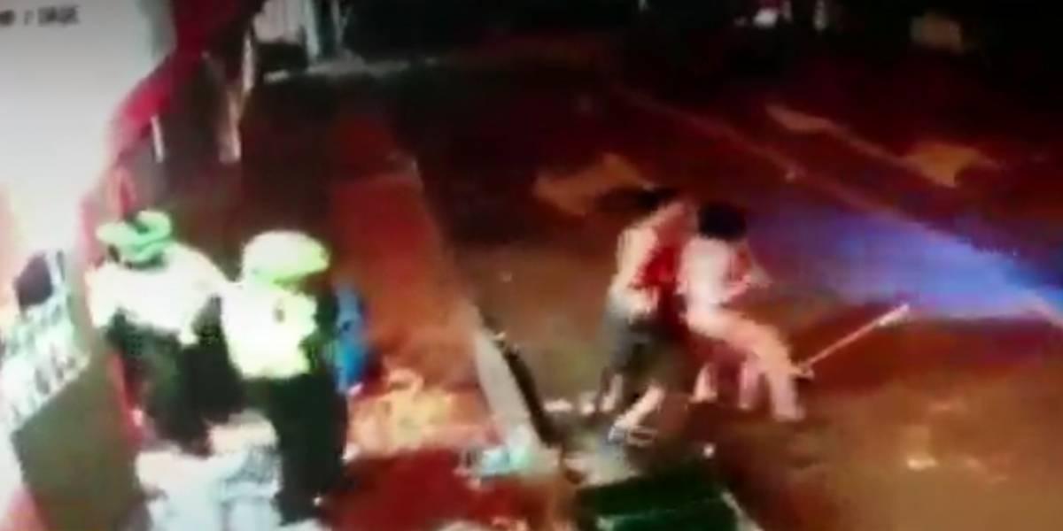 En video quedó registrado el momento en que delincuentes atacaban comerciantes ante la mirada de la Policía de Bogotá