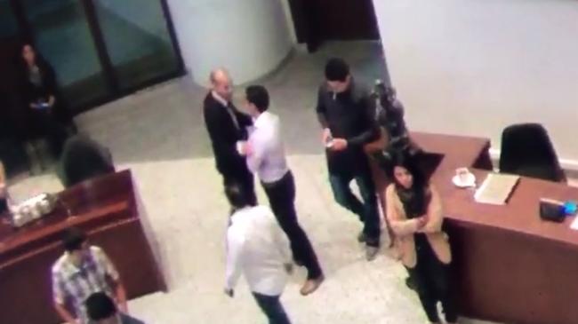 """Concejal que le dio una """"cachetada"""" a un periodista no acata la sanción"""