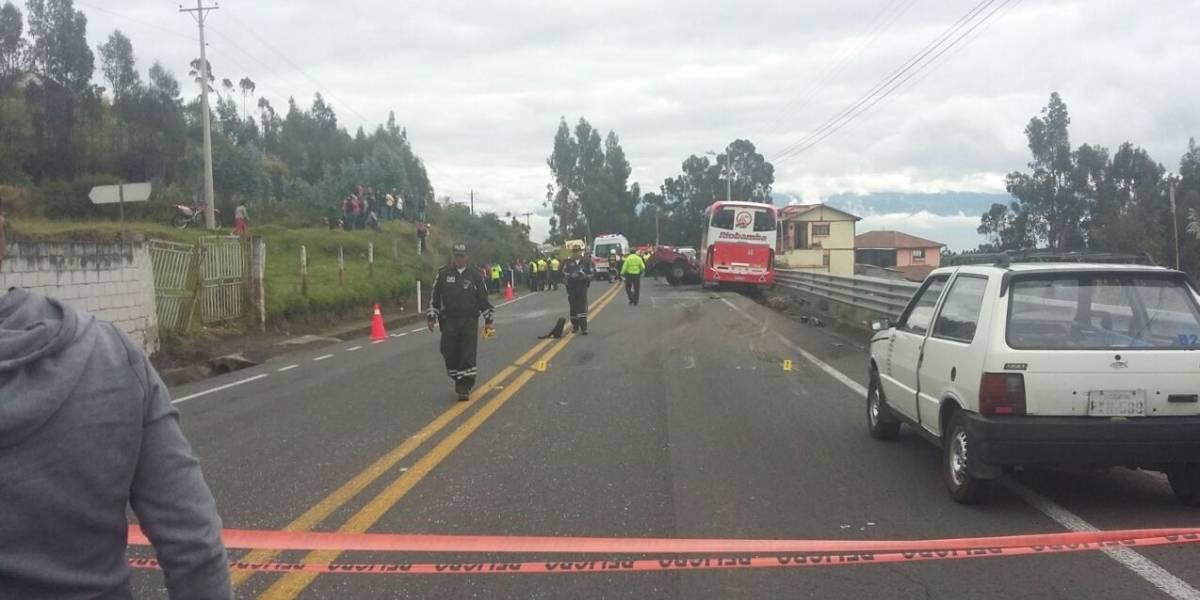Dos fallecidos tras accidente de tránsito en la vía Ambato-Riobamba