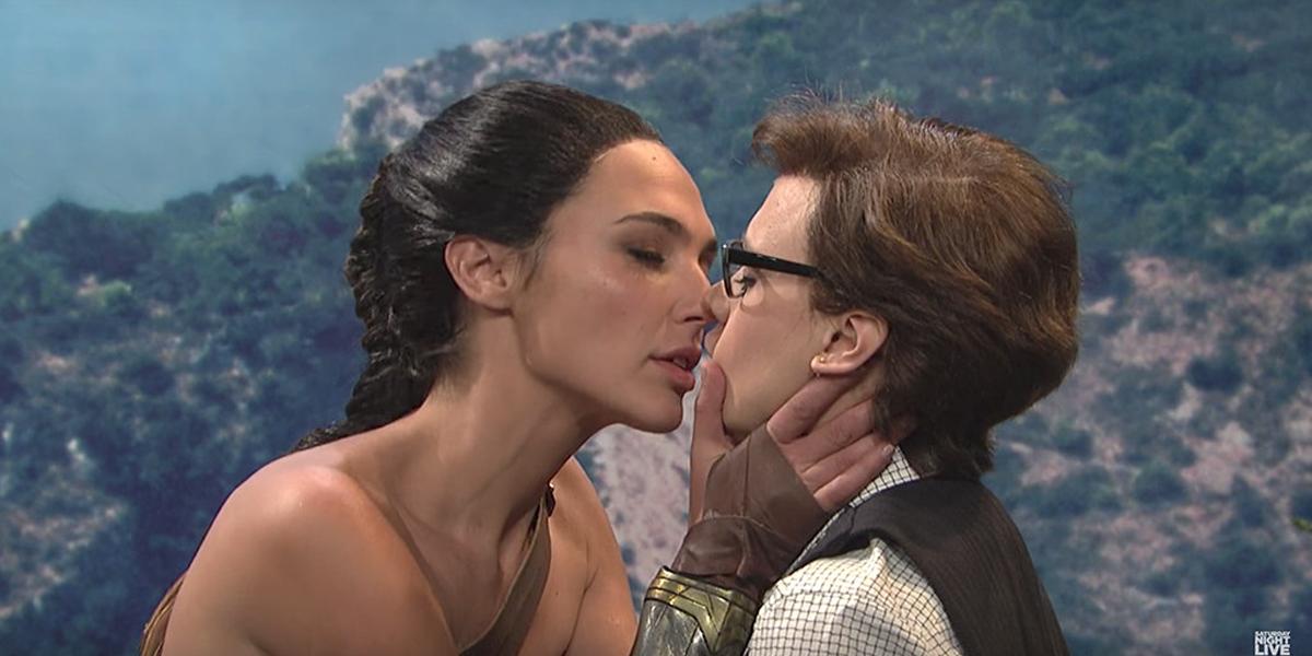 Vestida de Mulher-Maravilha, Gal Gadot beija humorista do Saturday Night Live