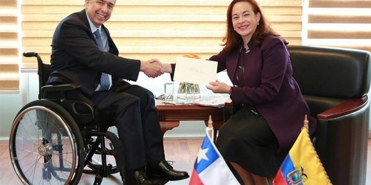 Canciller de Ecuador recibe las cartas credenciales de embajador chileno