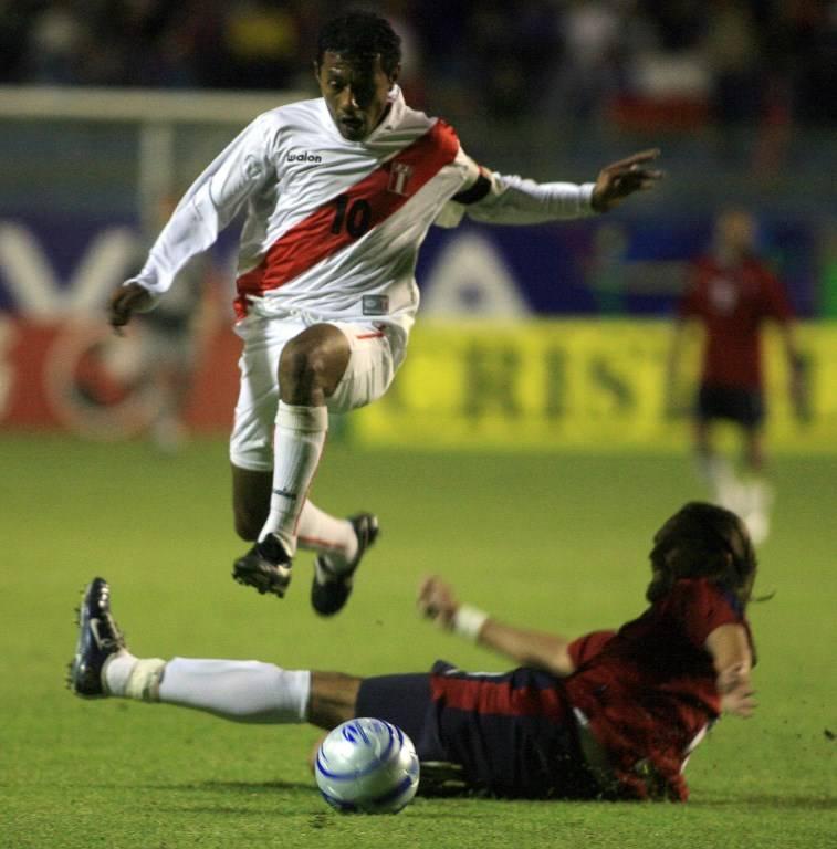 Palacios dejando en el camino a Rafael Olarra en un encuentro ante Chile / Foto: AFP