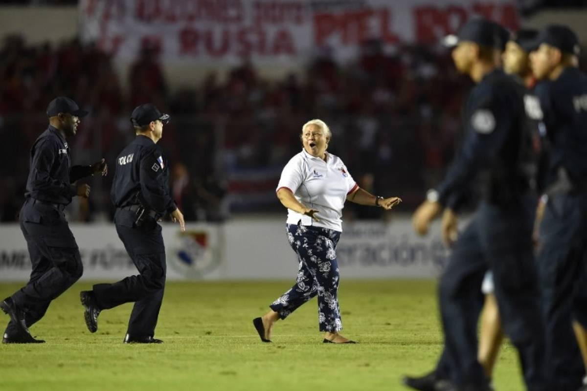 Está señora se metió al campo de juego mientras el partido se jugaba (AFP)