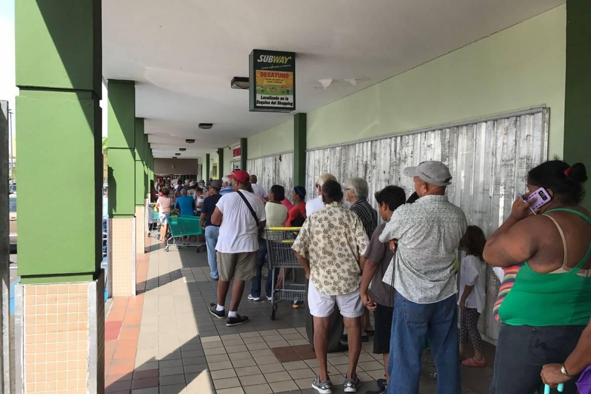Ciudadanos hacen fila para entrar a un supermercado del área de Río Piedras. (Ronald Ávla Claudio)