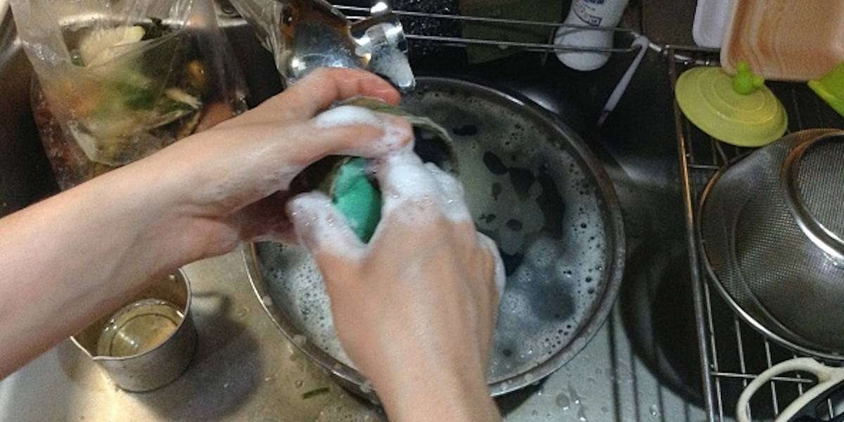 Profeco alerta por bacteria que se contagia por jabón lavatrastes