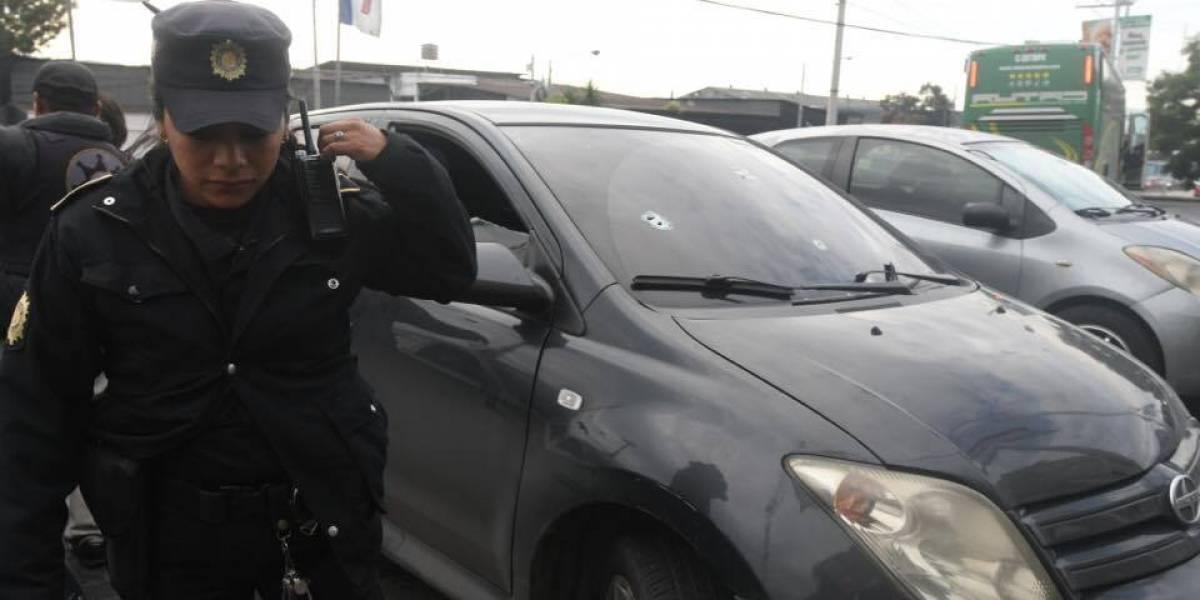 Conductor herido de bala pide auxilio a guardia de centro comercial