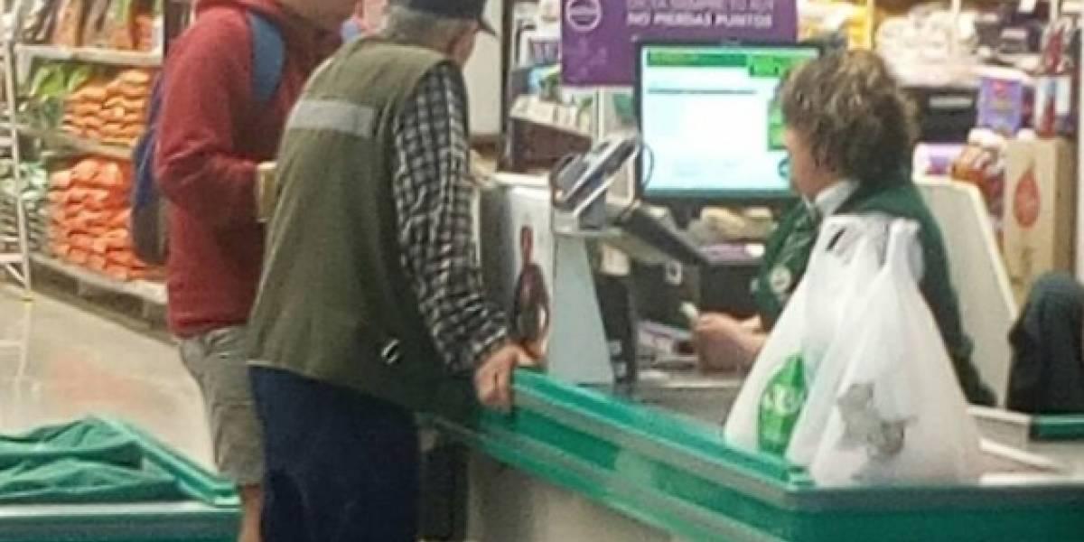 Joven ayudó a anciano a pagar los productos del supermercado