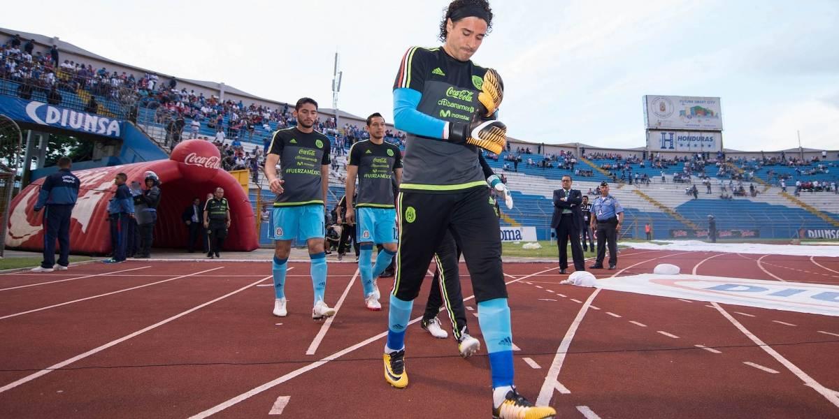 Memo Ochoa presenta una lesión en las cervicales