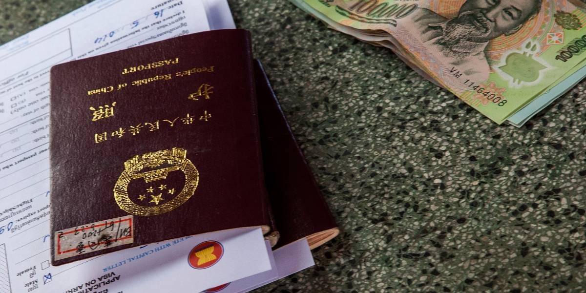 Chinas se sometieron a cirugías y no pudieron entrar a su país por lucir diferentes en el pasaporte