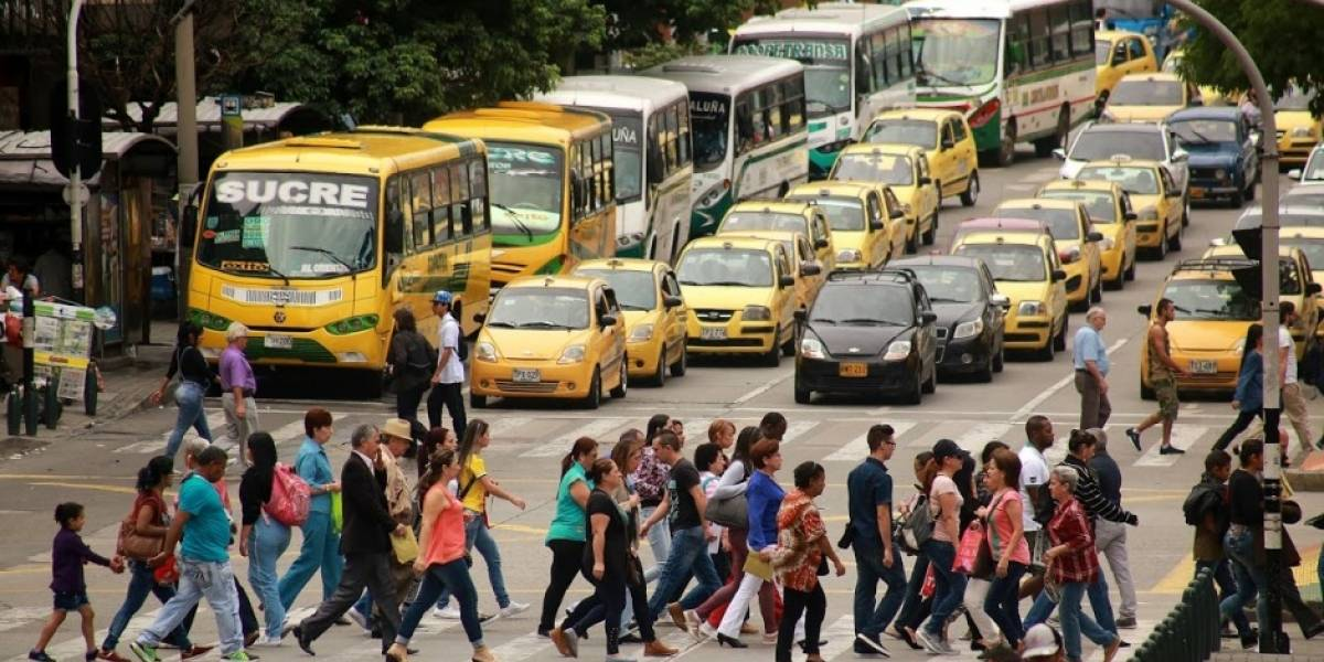 Los peatones se juegan la vida en las vías de Medellín