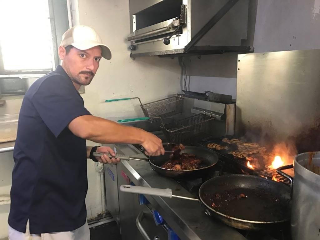 El chef Renzo Segarra realiza 120 almuerzos diarios para sostenerse.