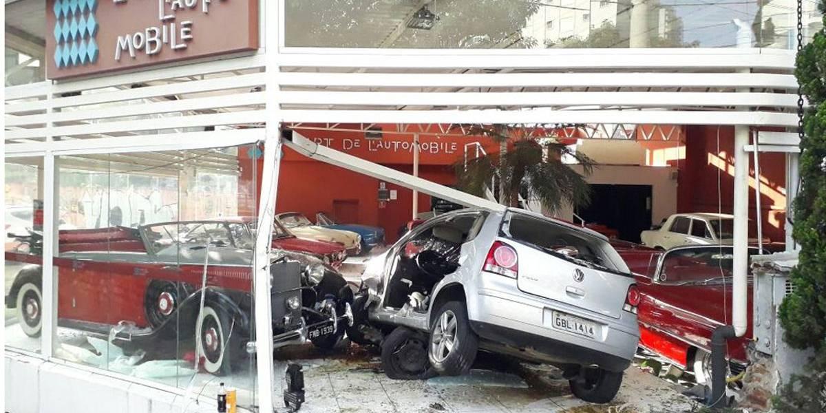Motorista perde controle e invade loja de carros antigos em SP