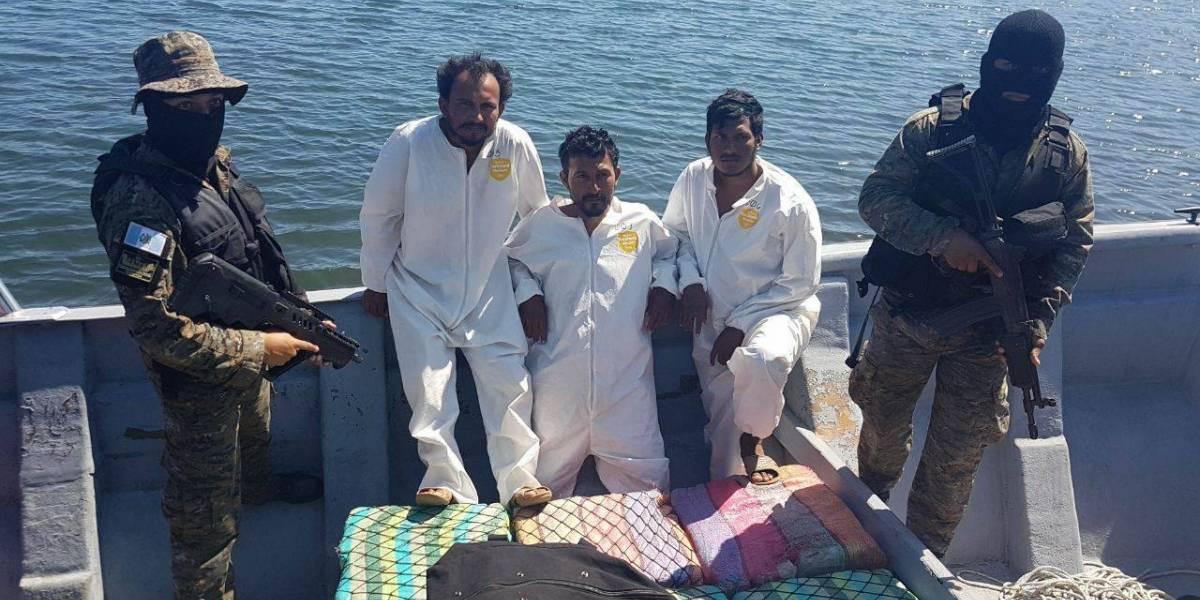 Detienen a tres guatemaltecos en una embarcación con posible droga