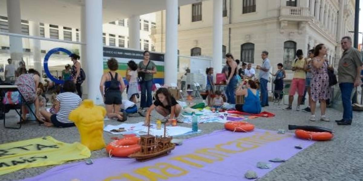 Manifestantes protestam por liberdade de expressão em frente a museu no Rio