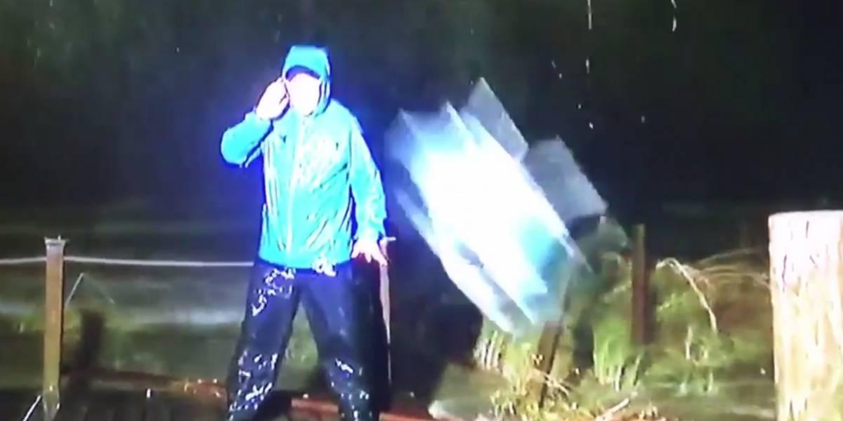 VIDEO. Reportero casi sufre un accidente mientras cubría en vivo el paso del huracán Nate