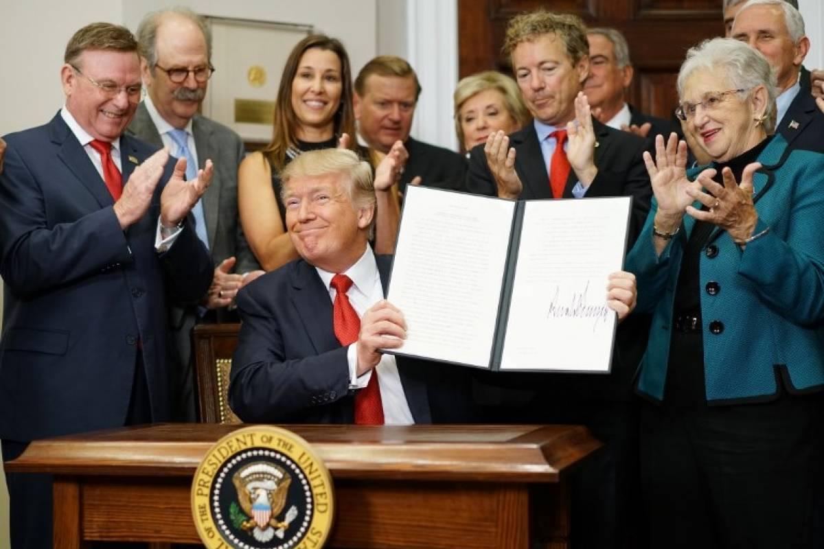 Trump firma decreto sobre seguro de salud
