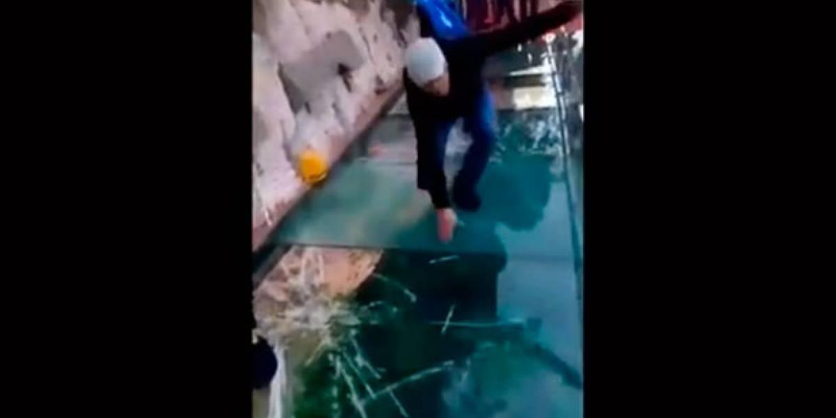 Así reaccionó un hombre que transitaba por el puente de cristal y este se quebró