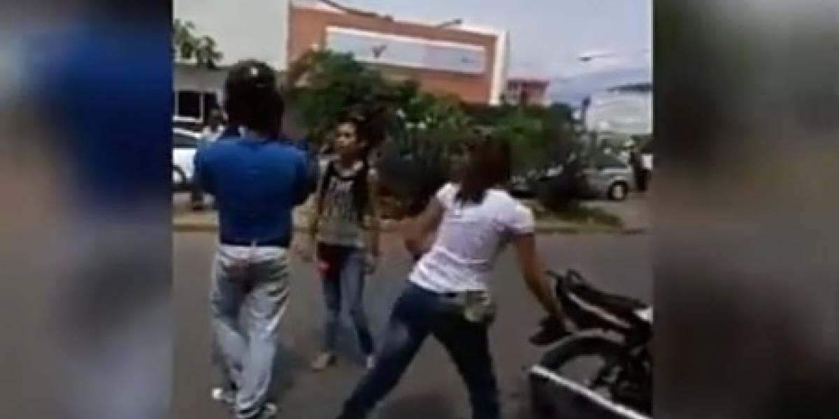 Video: Dos jóvenes se pelean en plena calle por un mototaxista