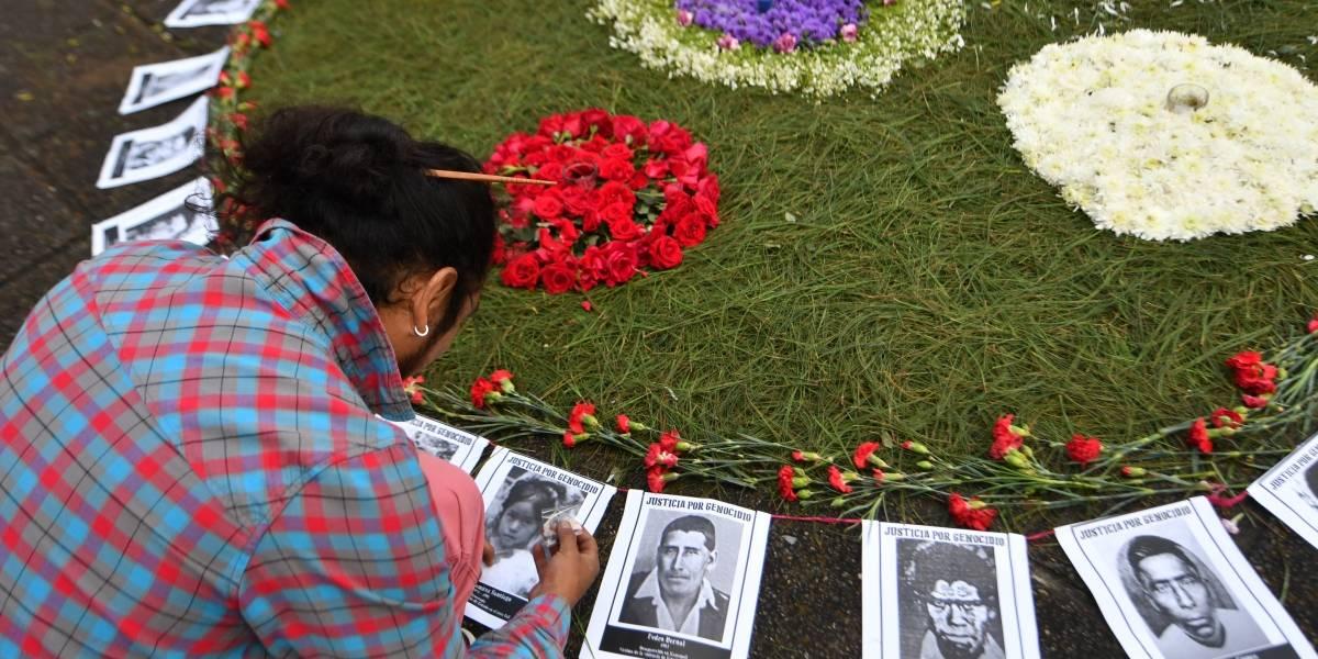 En reinicio del juicio por genocidio, recuerdan con flores a víctimas del conflicto armado