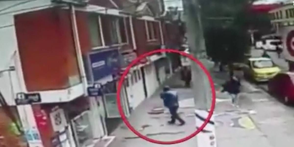 Video: Hombre se salvó de morir por caída de una pared mientras caminaba por la calle