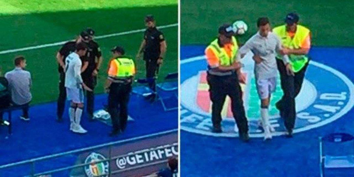 La policía detiene a 'Cristiano Ronaldo' durante el partido