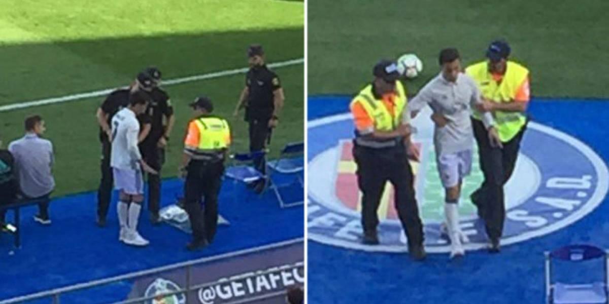 """La policía saca a """"Cristiano Ronaldo"""" de la cancha"""