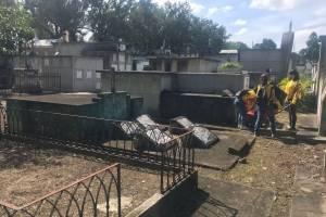 religiosos-limpian-el-cementerio.jpg