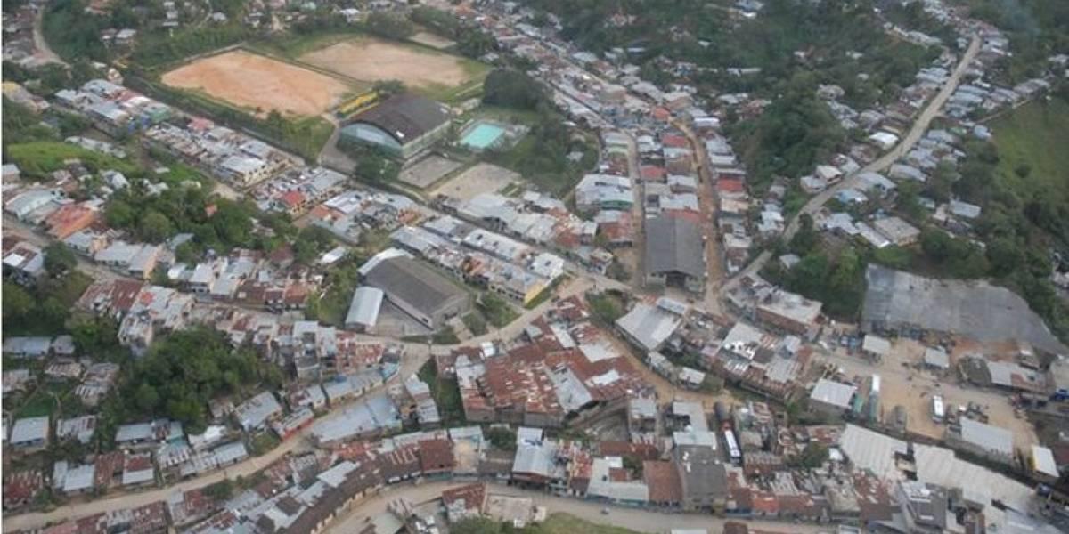 Iban a pavimentar calle de pueblo colombiano y en vez de piedras encontraron oro