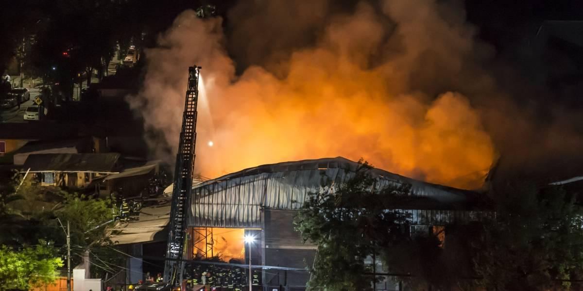 Violento incendio destruyó una fabrica de plásticos en la comuna de Macul