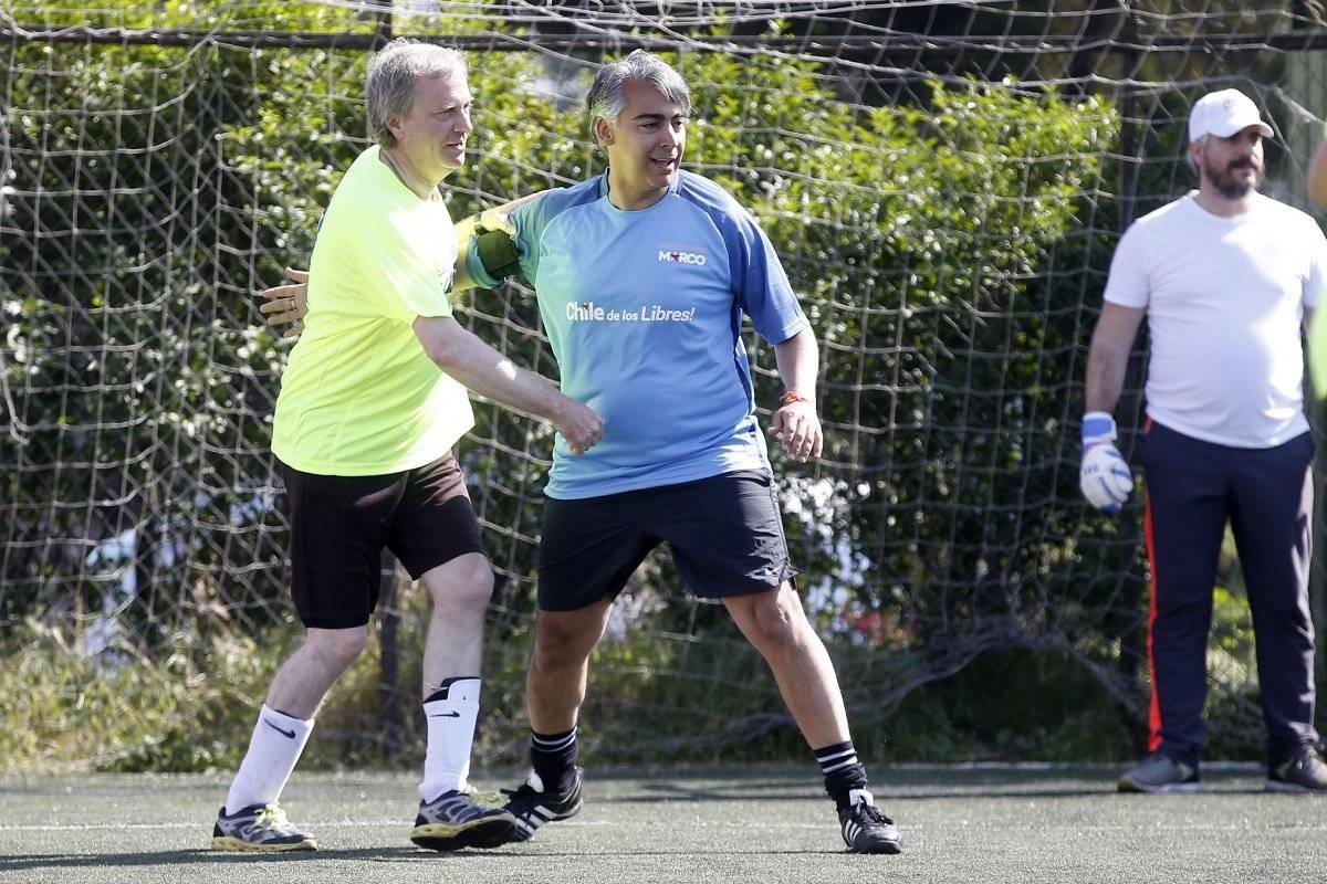Canididatos Kast y Meo juegan un partido de baby futbol