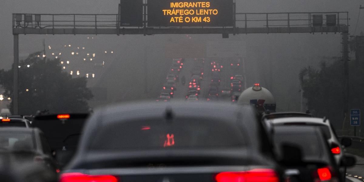 Motoristas enfrentam trânsito intenso e chuva na volta a São Paulo