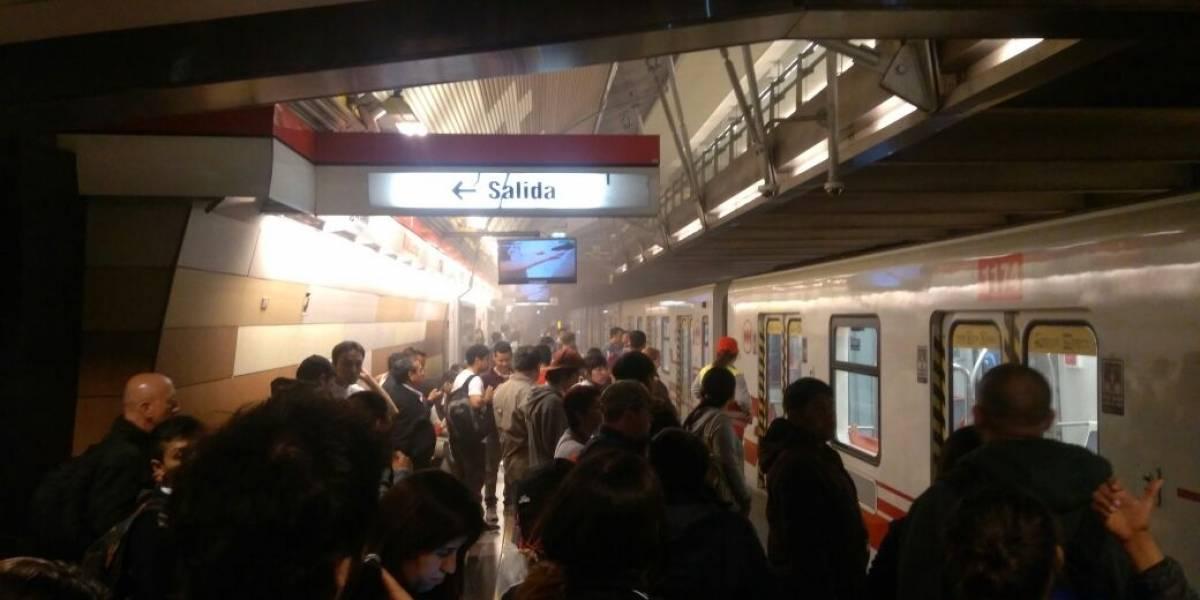 Pasajeros del metro de Santiago son evacuados de vagón de la Linea 1