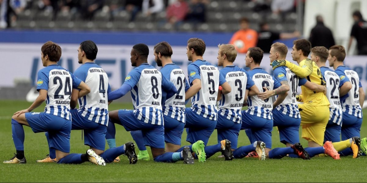 La Bundesliga apoya al Hertha por arrodillarse contra el racismo