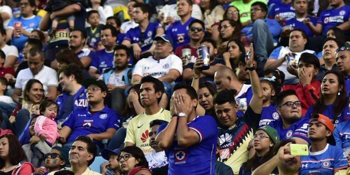 Lo lindo del fútbol: Un hincha ciego disfrutó de un gol gracias al relato de un amigo del archirrival
