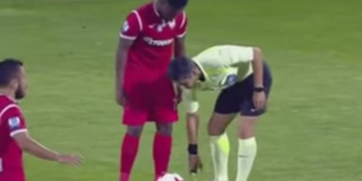 Video: futbolista se limpia los guayos en la media del árbitro, le sacan amarilla y marca gol