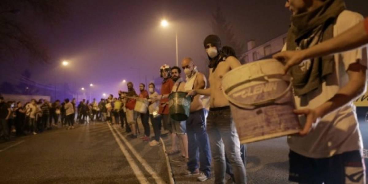 Cadenas humanas de vecinos ayudan a amainar los incendios que asedian Galicia