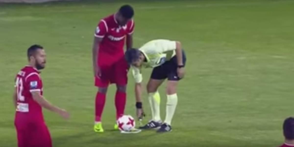 Video: Futbolista del Xanthi juega una mala broma a un árbitro