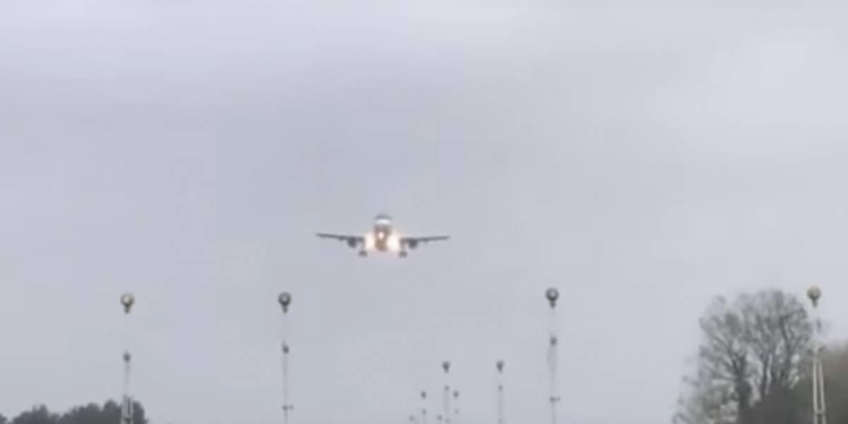 Así fue el aterrizaje de un avión sacudido por el huracán Ophelia