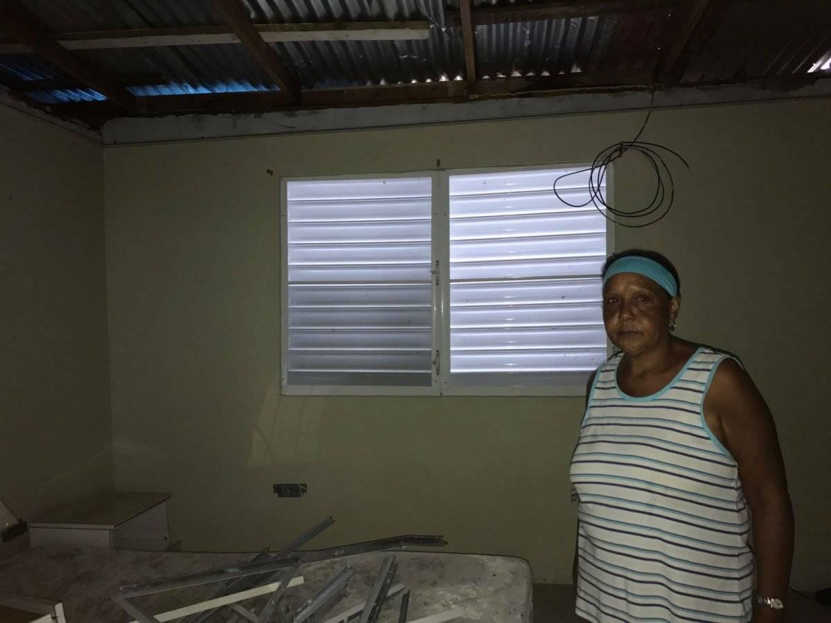 Tras la falta de un toldo de FEMA, el exmarido de Rosa Suárez improvisó un techo con zinc que encontró en la calle.