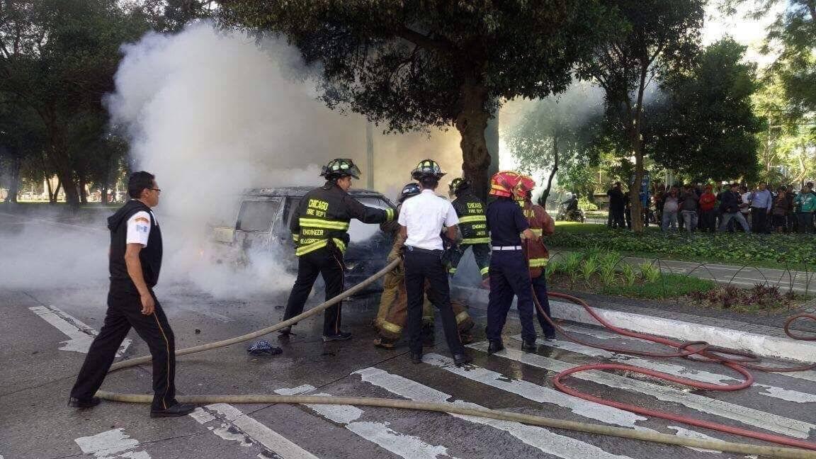 Incendio vehículo de mariachis. Foto: Oliver de Ros