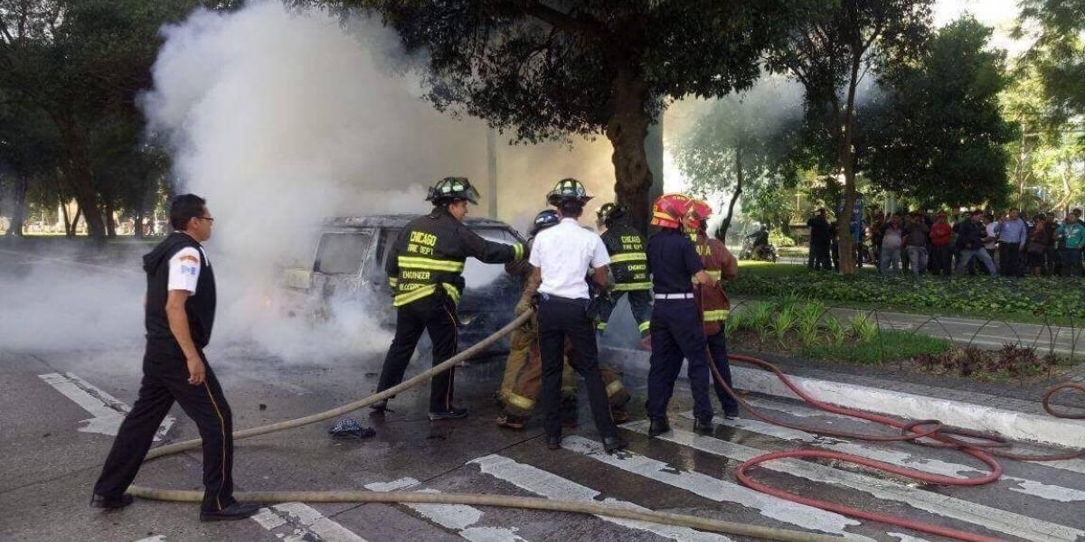 VIDEO. ¡En dos minutos! Así apagaron las llamas del vehículo de mariachis que se incendió en zona 10