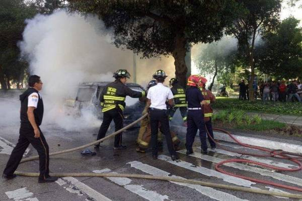 Incendio vehículo de mariachis.