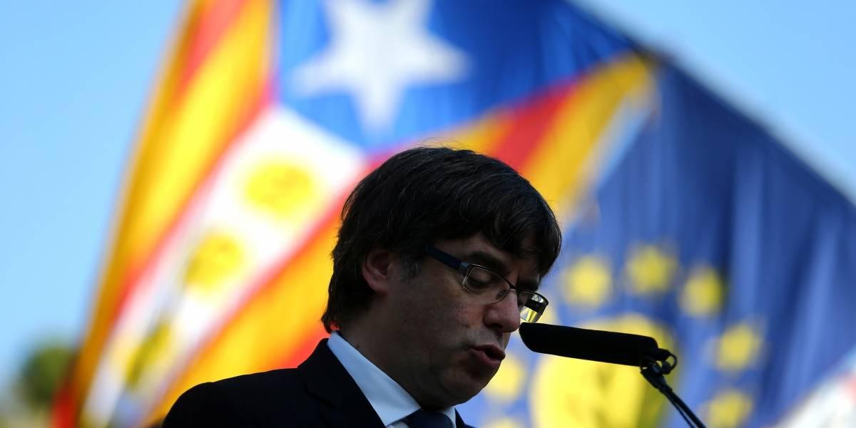 Ex-líder da Catalunha, Carles Puigdemont, se entrega à polícia