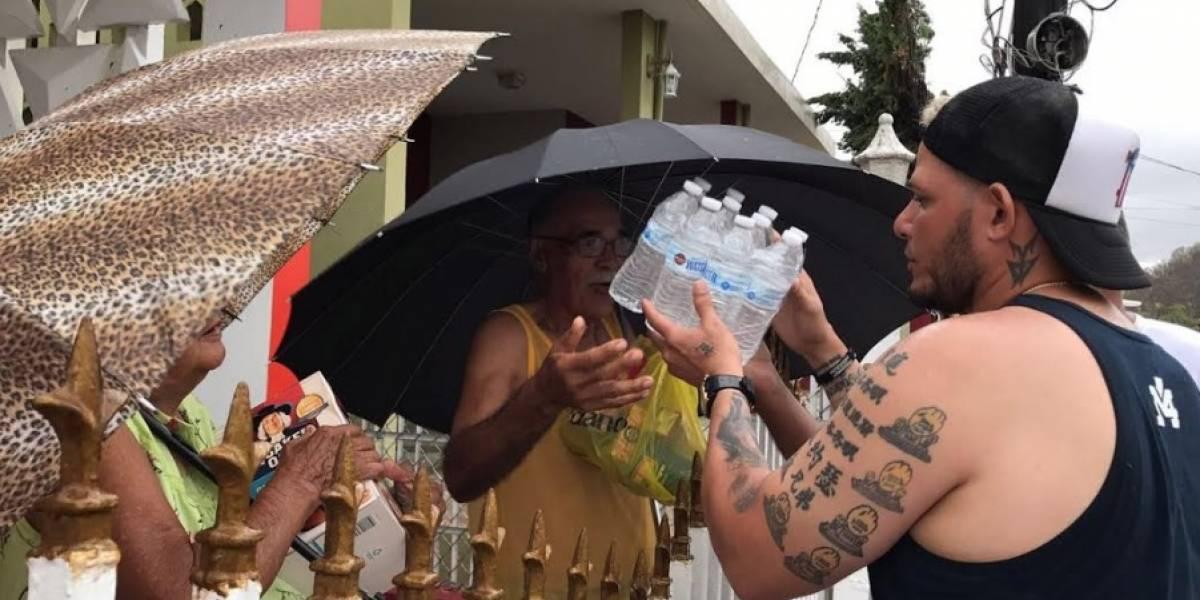 Yadier Molina entrega alimentos y otras ayudas en la isla