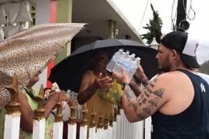 Yadier Molina entrega insumos en la isla