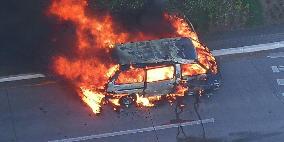 EN IMÁGENES. Vehículo arde en llamas en avenida Reforma y 9 calle zona 10