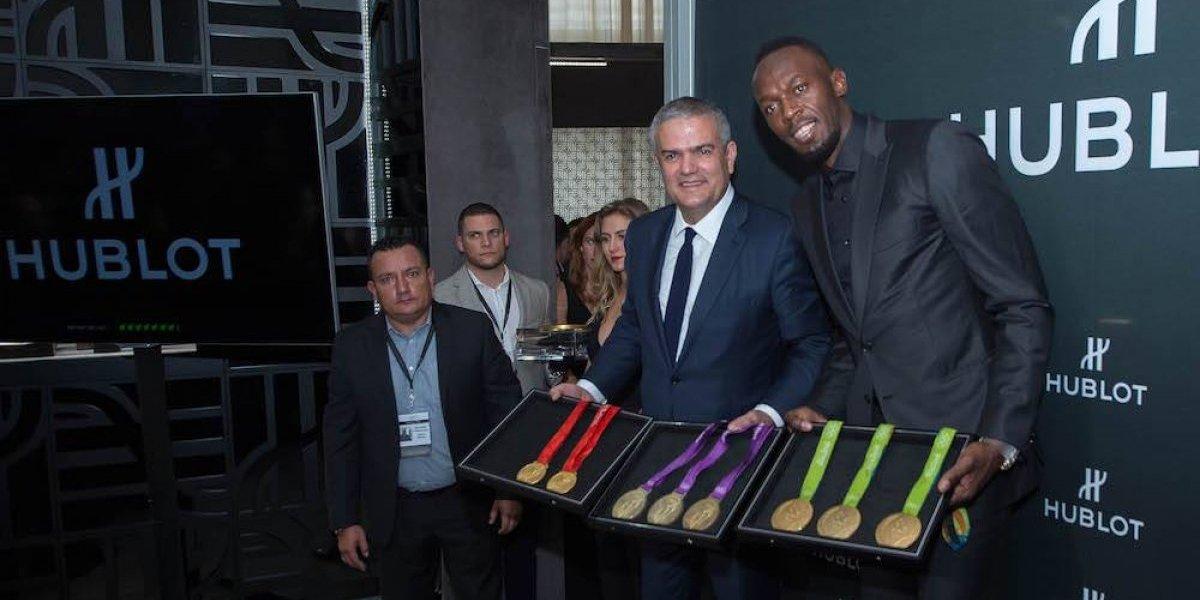 Usain Bolt presume sus medallas olímpicas en México