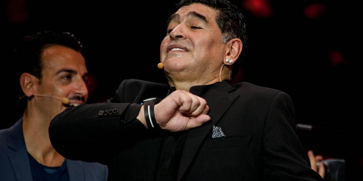 VIDEO: Maradona le entrega 'la llave de su corazón' a su novia
