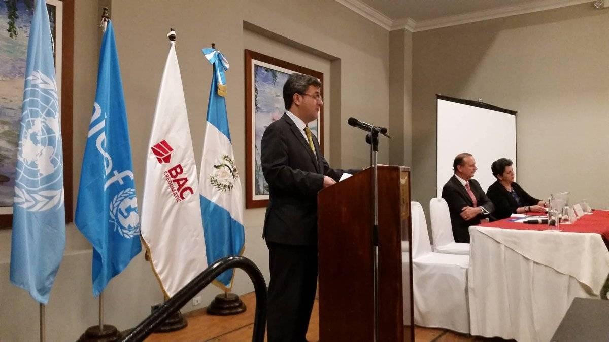 Carlos Carrera, representante de UNICEF en Guatemala; Luis Fernando Samayoa, presidente de la Junta Directiva de BAC Credomatic; y Roxana Víquez, directora regional de sostenibilidad de BAC Credomatic, presentaron la alianza entre ambas instituciones. Foto: David Lepe Sosa